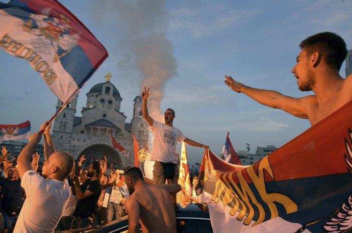 Stúpenci čiernohorskej opozície oslavujú 6. septembra výsledky parlamentných volieb. Foto - AP