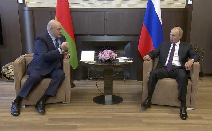 Bieloruský prezident Alexandr Lukašenko na návšteve u ruského partnera Vladimira Putina. Reč tela napovedá, v akej bol pozícii. Foto - tasr/ap