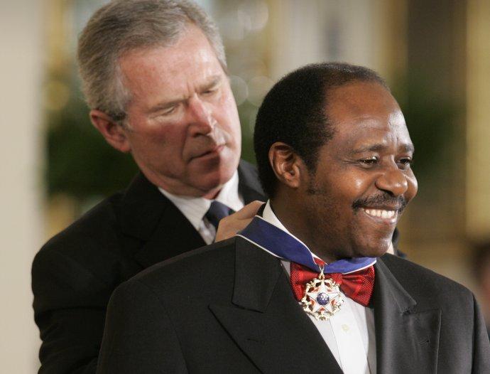 Paul Rusesabagina dostal v roku 2005 ocenenie od vtedajšieho amerického prezidenta Georgea Busha. Foto - TASR/AP