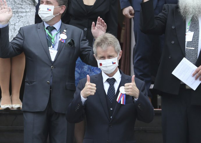 Šéf českého senátu Miloš Vystrčil pred vystúpením v taiwanskom parlamente. Foto - TASR/AP