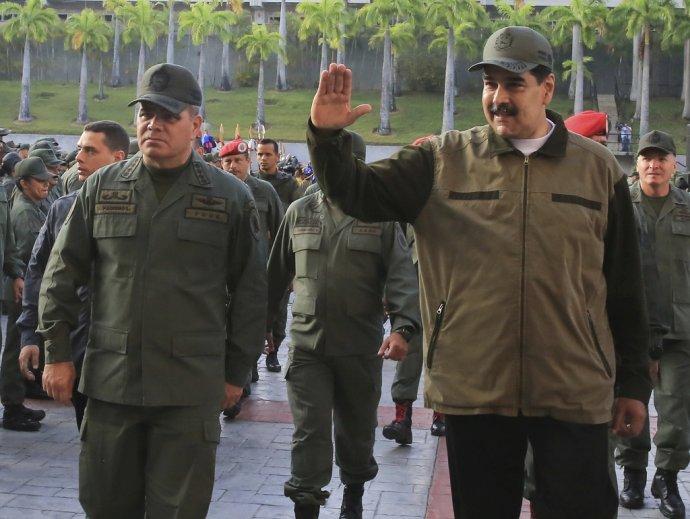 Venezuelský prezident Nicolás Maduro a minister obrany Vladimir Padrino López. Foto – TASR/AP