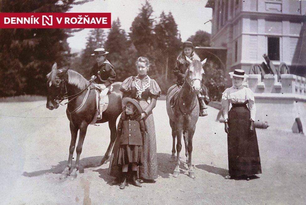 Súrodenci Andrássyovci: Marizza (1886 - 1961), Karol (1888 - 1910) a Emanuel (1892 - 1953) so svojimi vychovávateľkami pred kaštieľom Betliar v roku 1897. Autorom fotografie je Karol Divald. Foto - SNM - Múzeum Betliar