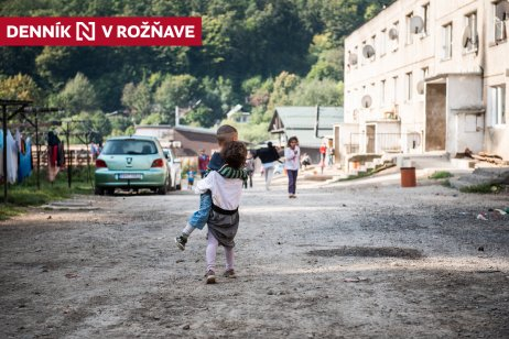"""Miestni Rómovia z osady mali v oficiálnych dokumentoch adresu """"cigánska osada"""". Dnes bývajú na ulici Dedičná. Foto N – Tomáš Hrivňák"""