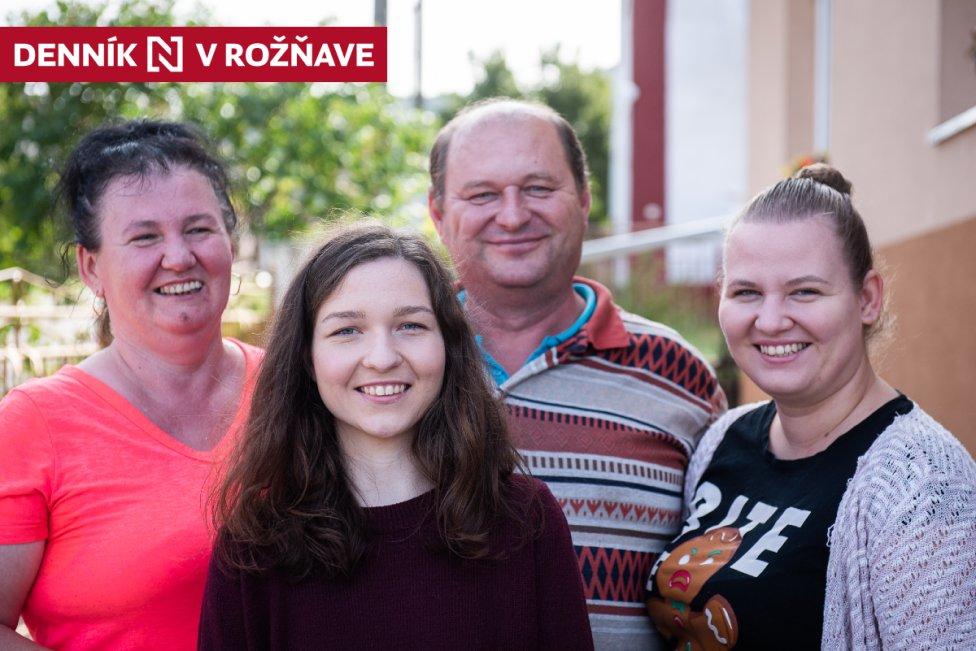 Zľava mama Melita, mladšia dcéra Lucia, otec Ladislav a staršia dcéra Melita. Na fotografii chýba Luciina dvojička Andrea, ktorá študuje v Holandsku. Foto N - Tomáš Hrivňák