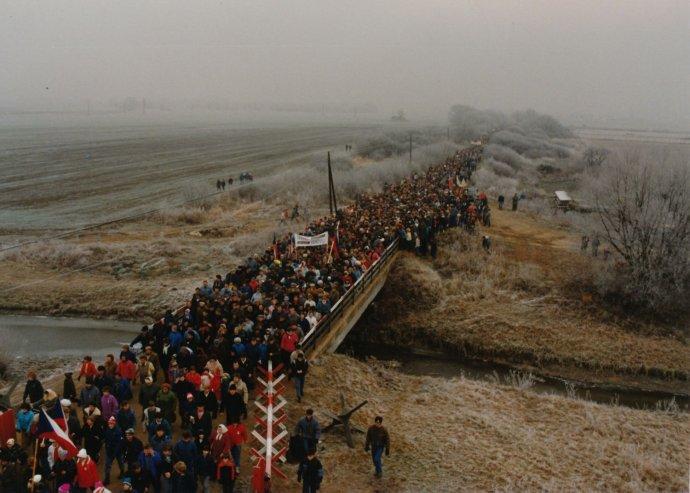 Pochod slobody k rieke Morave v roku 1989. Foto - Peter Maxian