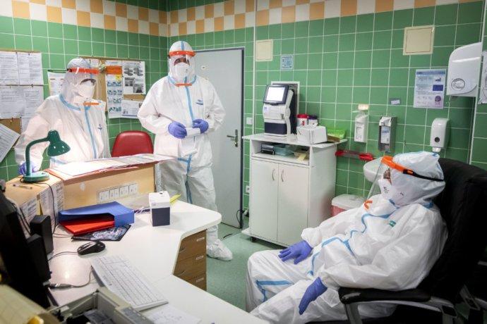 Na covidovom oddelení lekárka práve udeľuje pokyny. Foto – Deník N/Gabriel Kuchta