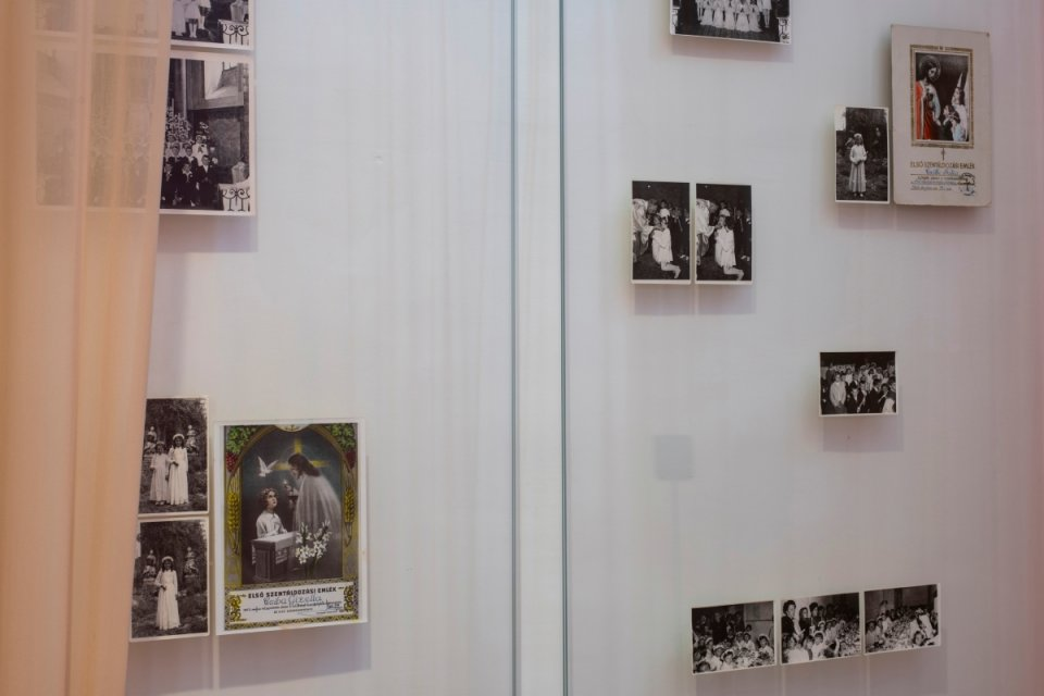 Súčasťou diela sú autentické dokumenty a svedectvá dvoch žien, ktoré ako deti zažili sexuálne zneužívanie kňazom. Foto – Richard Köhler