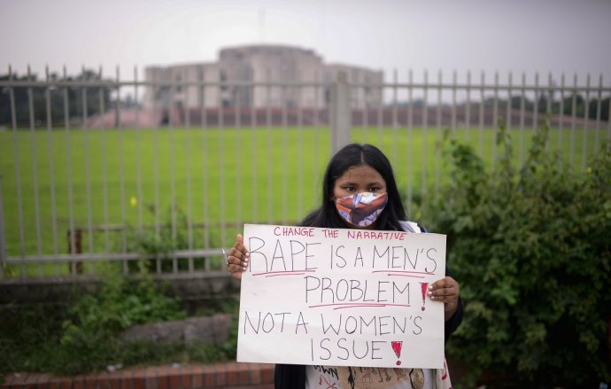 """Aktivistka za práva žien drží pred bangladéšskym parlamentom transparent s nápisom: """"Znásilnenie je problém mužov, nie záležitosť žien."""" Ilustračné foto: TASR/AP"""