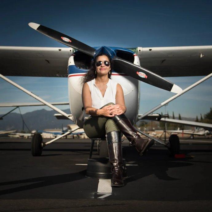 Anita Sengupta s lietadlom, na ktorom lieta. Foto - anitasengupta.com