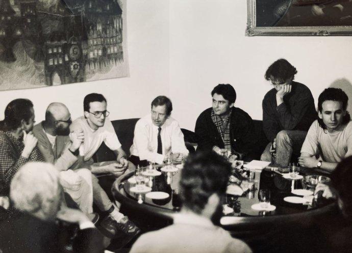 Študenti s Václavom Havlom, Michal Bláha sedí po jeho ľavej ruke. Foto - Petr Pochylý