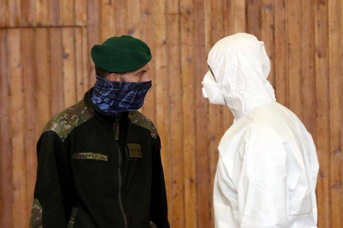 Počas pilotného testovania na Orave a v Bardejove mali mnohí vojaci v teréne len bežné šatky či rúška, ktorými síce chránia druhých, ale nie seba. Foto - MO SR