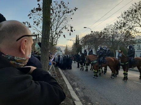 Policajní ťažkoodenci a kone pred Úradom vlády. Foto N – Lucia Osvaldová