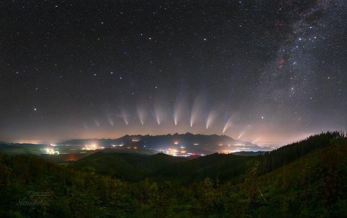 Mozaika Premeny kométy Neowise. Foto – Tomáš Slovinský a Petr Horálek