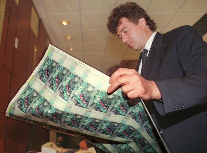 Vladimír Masár s hárkom novovytlačených 200-korunových bankoviek. Foto - TASR