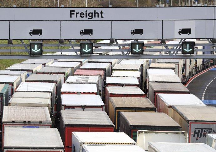 Kamióny pred tunelom do EÚ z britskej strany. Foto - TASR / AP