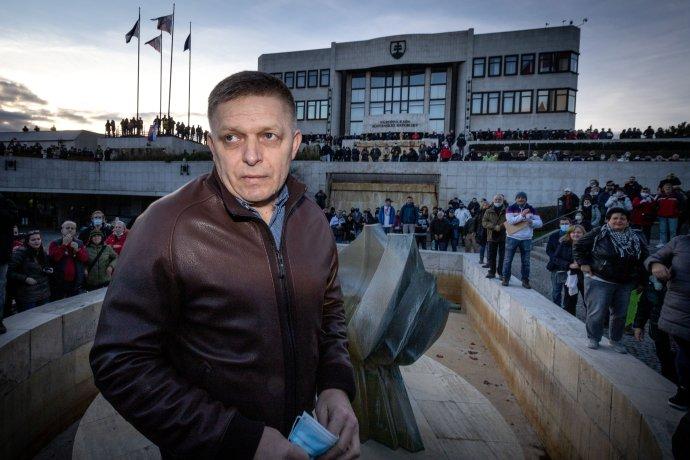 Robert Fico 17. novembra 2020 na protestnom zhromaždení pred parlamentom. Fotografiu z tejto akcie využil Smer aj na pozvánku na protest 1. septembra 2021 v Košiciach. Foto N - Tomáš Benedikovič
