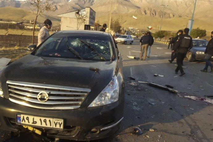 Krvavá stopa na ceste vedľa osobného auta po atentáte na popredného iránskeho jadrového fyzika Mohsena Fachrízádeho. Foto - TASR/AP