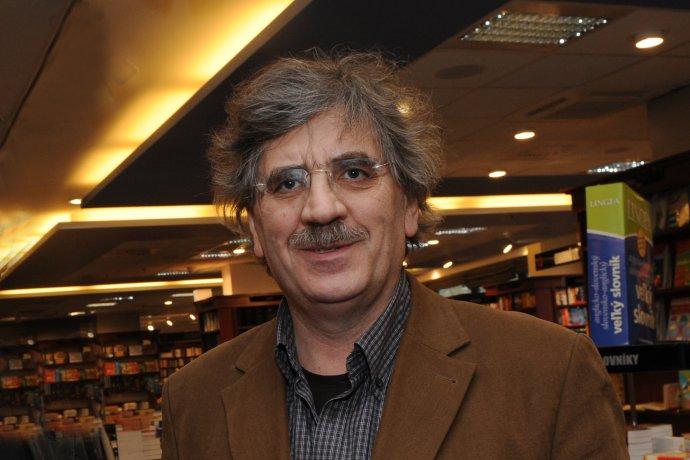 Profesor MUDr. Jozef Hašto, PhD. (1949), je popredný slovenský psychiater a psychoterapeut. V roku 1973 absolvoval štúdium medicíny na Fakulte všeobecného lekárstva Univerzity Karlovej v Prahe. V rokoch 1973 – 1982 pôsobil v Krajskej psychiatrickej liečebni v Pezinku, v rokoch 1982 – 2012 bol primárom psychiatrického oddelenia a prednostom Psychiatrickej kliniky Fakultnej nemocnice Trenčín. Od roku 2013 vykonáva súkromnú psychoterapeutickú prax, prednáša na viacerých vysokých školách, pôsobí ako školiteľ v oblasti psychoterapie a venuje sa vydavateľskej činnosti. Je autorom viacerých odborných publikácií a desiatok odborných štúdií. V roku 2000 mu mesto Trenčín udelilo ocenenie Osobnosť roka, v roku 2009 získal cenu Biela vrana. Je ženatý, má dve dcéry, žije a pôsobí v Bratislave a v Trenčíne. Foto – Peter Procházka