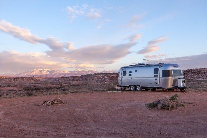 Obytný príves v americkej pustatine. Ilustračné foto - Pexels/Binyamin Mellish
