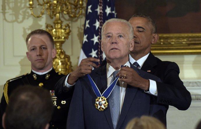 Barack Obama udelil na konci svojho funkčného obdobia Bidenovi Prezidentskú medailu, najvyššie civilné vyznamenanie v USA. Foto - TASR/AP