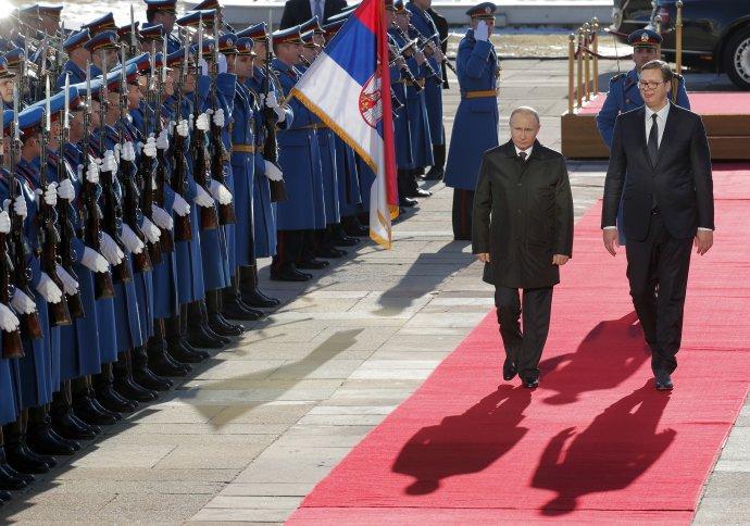 Srbský prezident Aleksandar Vučić a ruský prezident Vladimir Putin počas uvítacieho ceremoniálu v Belehrade 17. januára 2019. Foto - TASR/AP