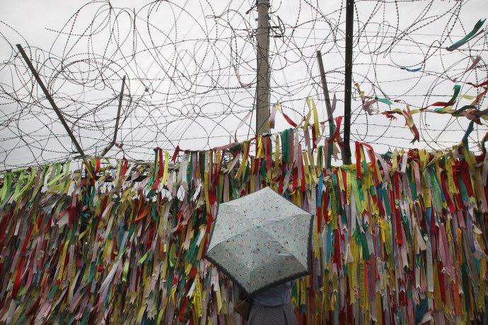 Ostnatý drôt v demilitarizovanom pásme medzi Kóreami. Táto časť je prístupná turistom, inde je bez stužiek a omnoho nebezpečnejšia. Foto - TASR/AP