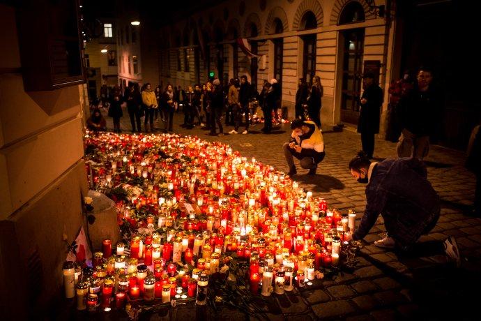 Smútiaci Viedenčania na mieste teroristického útoku. Foto N - Vladimír Šimíček