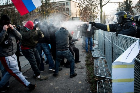 Zásah polície pred úradom vlády. Foto N – Vladimír Šimíček