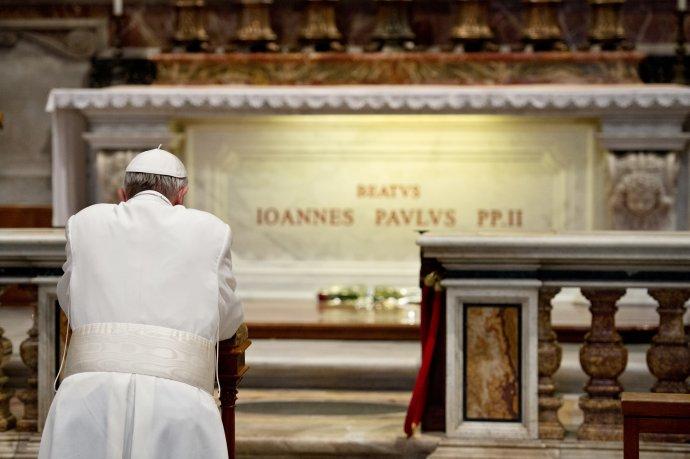 Pápež František sa modlí pri hrobke pápeža Jána Pavla II. Foto – TASR/AP