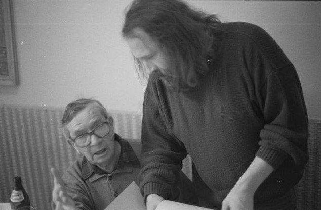 Ivan Diviš (vľavo) a Ivan Wernisch pri práci nad rukopisom Teórie spoľahlivosti, ktorej vydanie z roku 1994 Wernisch edične pripravil. Foto – Karel Meister
