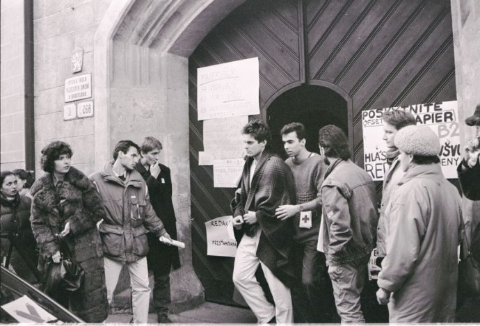 Študenti pred vchodom na VŠMU. Foto - Petr Pochylý
