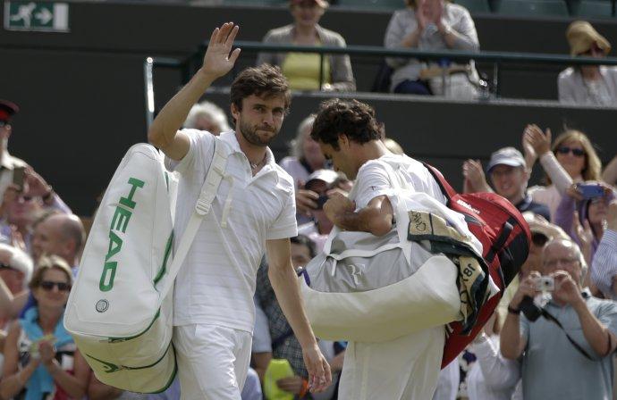 Gilles Simon (vľavo) po zápase s Rogerom Federerom vo Wimbledone 2015. tasr/ap