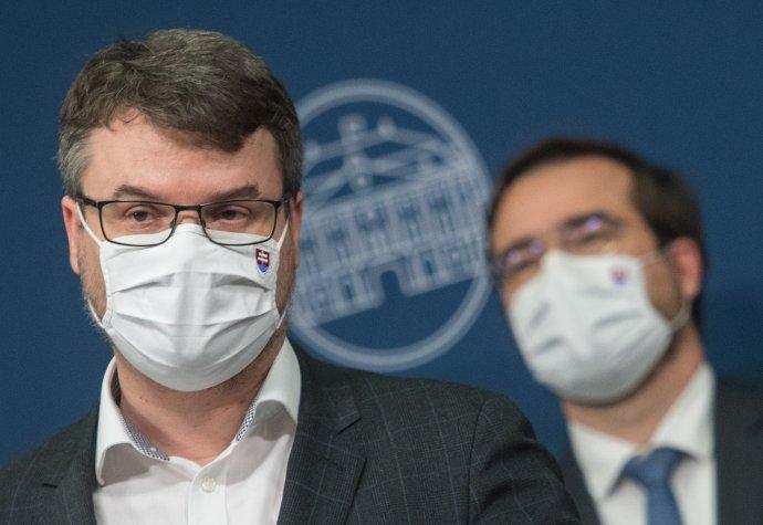 Štefan Holý a v pozadí minister zdravotníctva Marek Krajčí. Foto – TASR