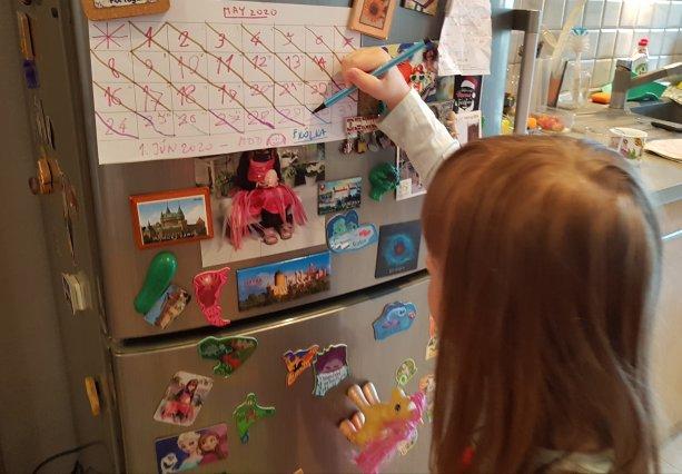 Päťročné dievča počíta dni, ktoré jej zostávajú do otvorenia škôlky na jar. Školy a škôlky sme na jar otvorili posledné v balíku s nočnými klubmi.