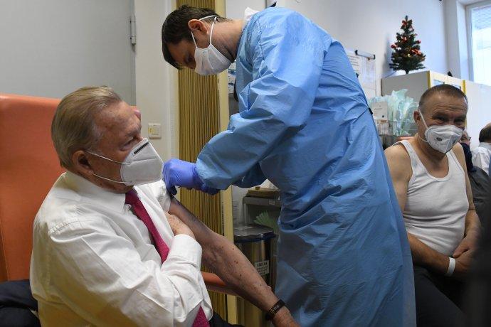 Bývalý prezident Rudolf Schuster počas očkovania v Košiciach. Foto - TASR
