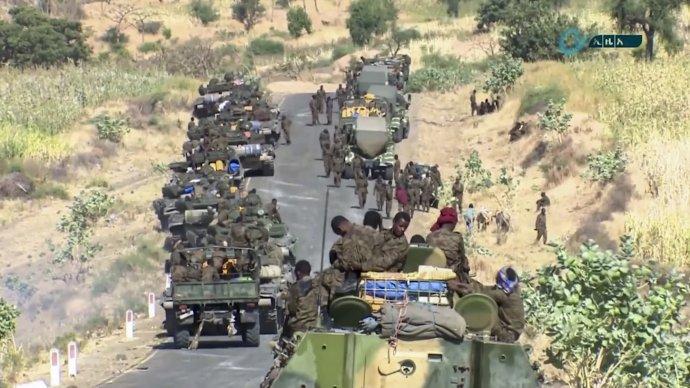 Fotografia z polovice novembra, vládne jednotky smerujú do regiónu Tigraj. Foto - TASR/AP