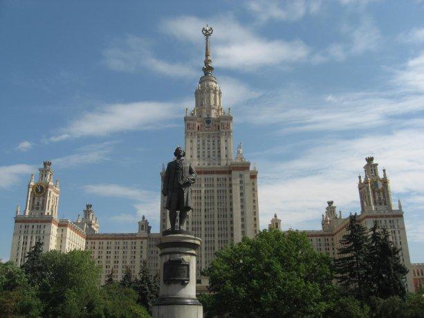 MGU - Hlavná budova univerzity. Zdroj: https://www.facebook.com/MoscowStateUniversity/photos/a.424818264231347/424818270898013