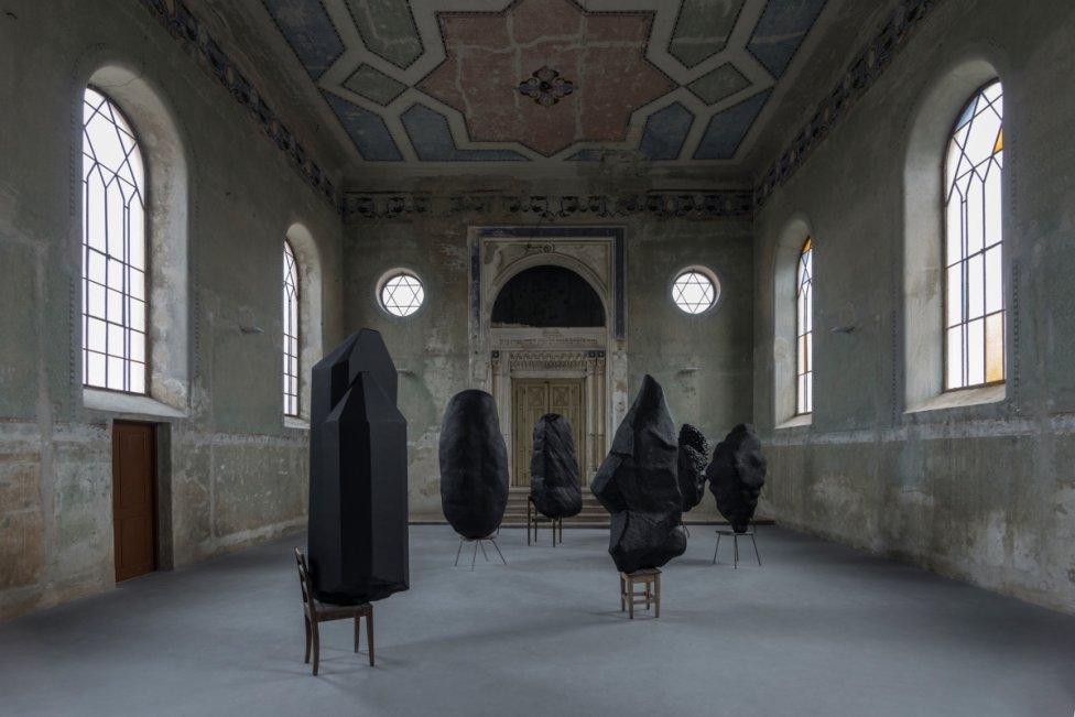 Pohľad do výstavy Cornerstone v šamorínskej synagóge. Foto - Adam Šakový
