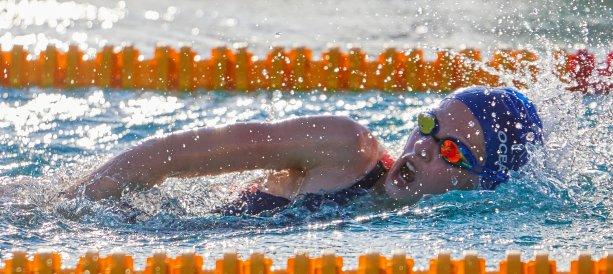 Takto pred rokom si 11-ročná Olívia Živčicová merala sily so súperkami na Majstrovstvách Slovenska. Teraz od jesene nepláva. Európa zatiaľ i pre plavcov hľadá rozumné riešenia a šport detí je medzi prioritami. Foto: archív O.Ž.