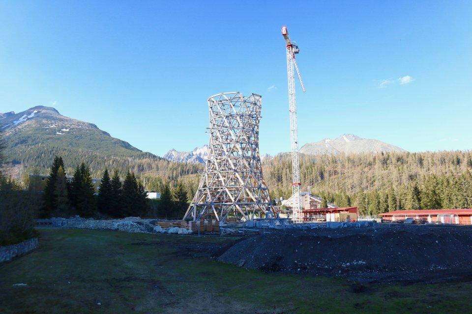 Vyhliadková veža vyrástla v areáli bežeckého lyžovania. Foto – Soňa Mäkká