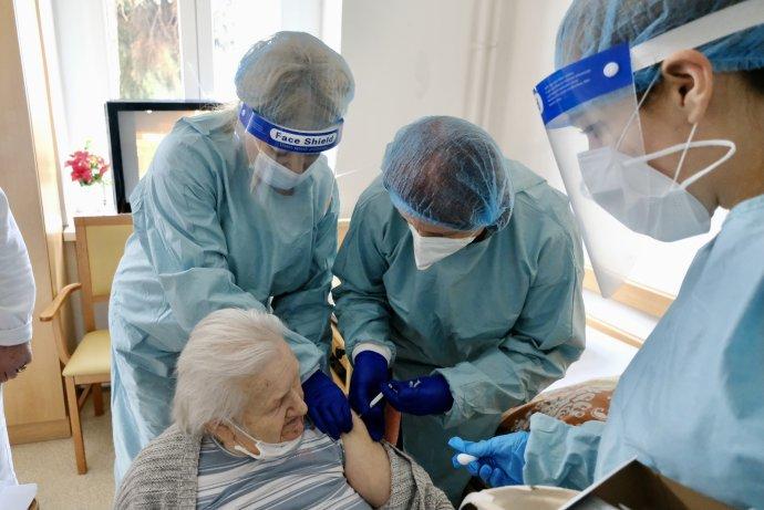 Očkovanie v petržalskom domove pre seniorov. Foto – Bratislava, magistrát