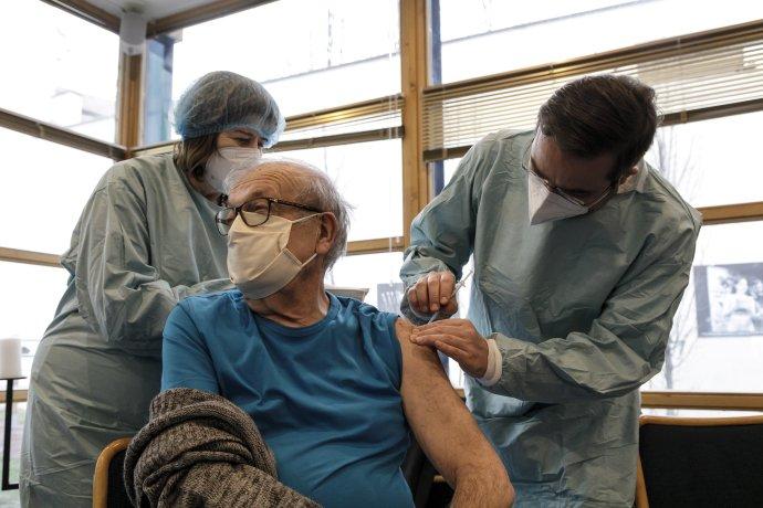 Minister zdravotníctva Marek Krajčí (vpravo) spolu s mobilným očkovacím tímom Univerzitnej nemocnice Bratislava zaočkoval seniorov, ktorí prežili holokaust. Foto - TASR