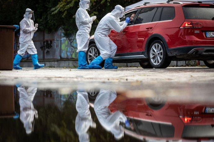 Mobilné odberné miesto na Miletičovej ulici počas prvého celoplošného testovania. Foto N - Tomáš Benedikovič