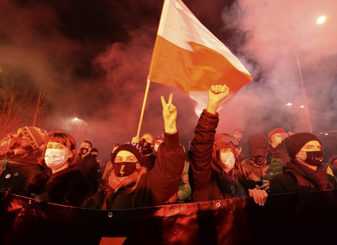 Poľky a Poliaci protestovali proti novému zákonu, ktorý zakazuje prakticky všetky interrupcie. Foto - TASR/AP