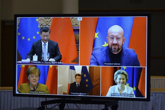 Európska únia a Čína schválili nedávno investičnú dohodu. Na obrazovke hore zľava čínsky prezident Si Ťin-pching, predseda Európskej rady Charles Michel, nemecká kancelárka Angela Merkelová, francúzsky prezident Emmanuel Macron a predsedníčka Európskej komisie Ursula von der Leyenová počas videokonferencie EÚ - Čína 30. decembra 2020 v Bruseli. Foto - TASR/AP