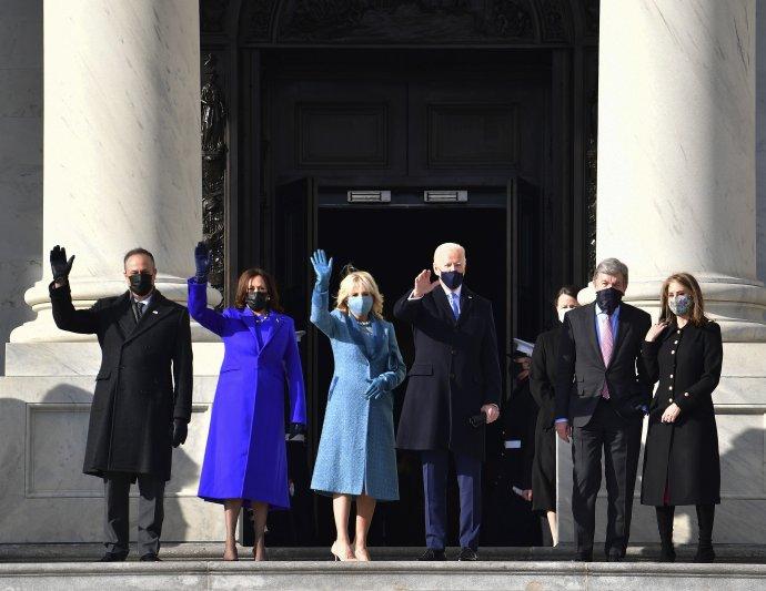 Prezident Biden (tretí sprava) a viceprezidentka Harrisová (druhá zľava) prišli na Kapitol. Foto - AP/TASR