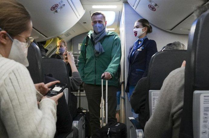 Navaľnyj na palube lietadla ruskej spoločnosti Pobeda, ktorým odletel z Berlína do Moskvy. Foto - TASR/AP