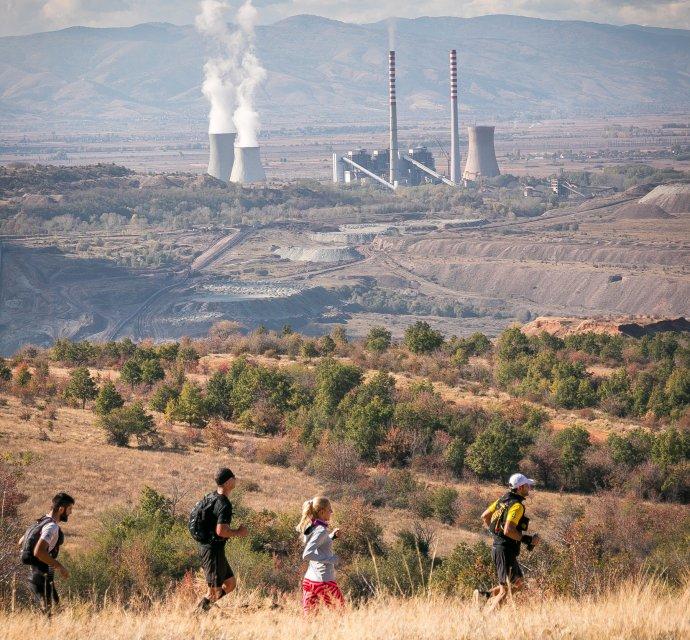 Skupina bežcov sa rozhodla zabehnúť trasu okolo uhoľnej elektrárne v Severnom Macedónsku, aby poukázali na znečistenie ovzdušia v okolí. Foto - CEE Bankwatch
