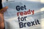 "Ruka držiaca britské noviny s titulkom ""Get ready for Brexit"""