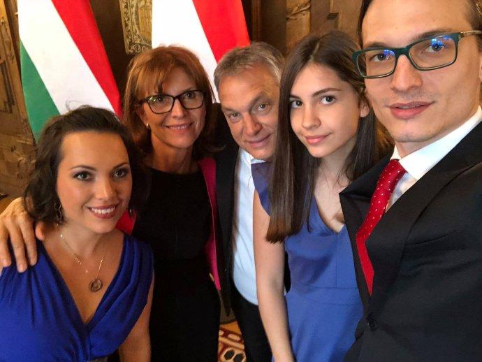 Orbánova rodina, vpravo Gáspár Orbán. Foto - Facebook/orbanviktor